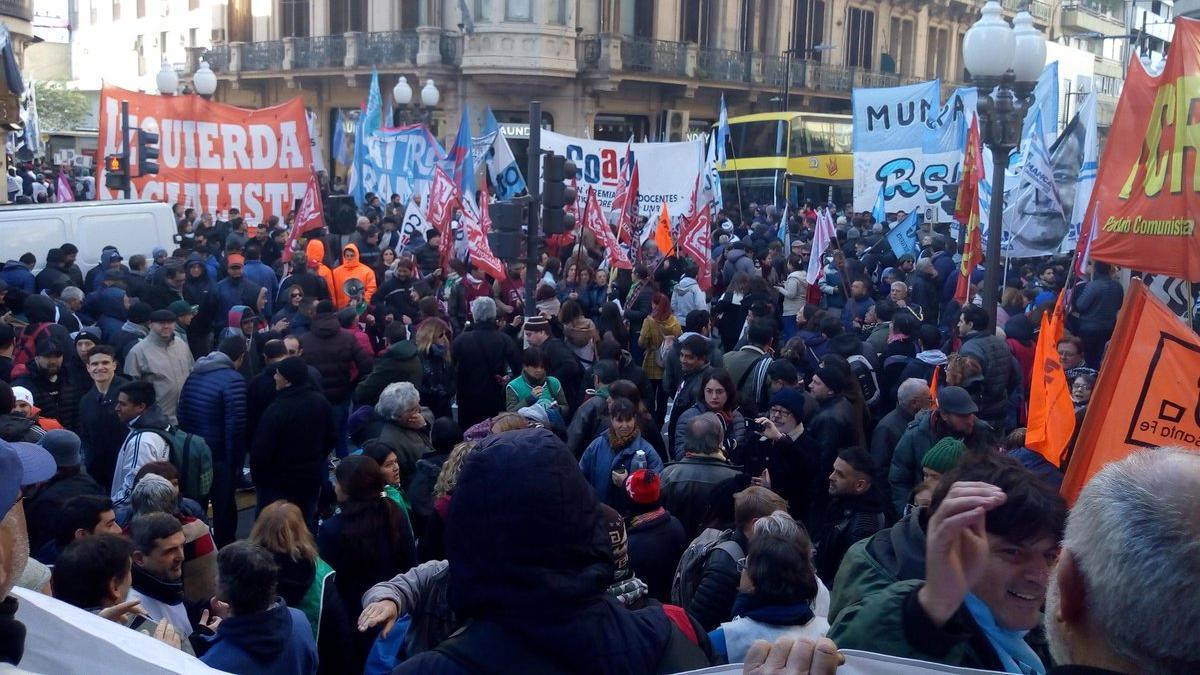 Los sindicatos se concentraron en Córdoba y Corrientes. (Foto: @GabyPeraltaOk)