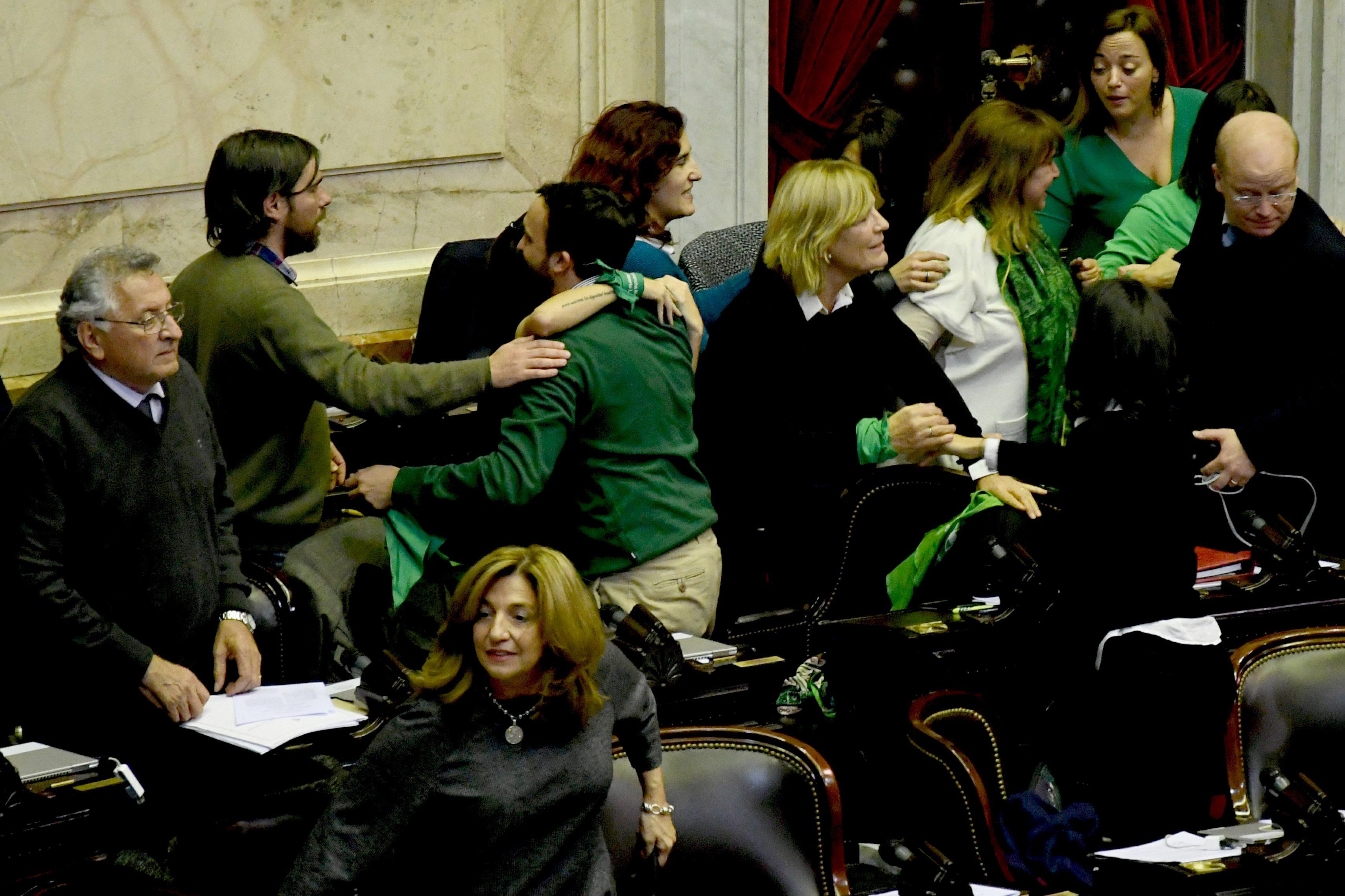 Diputados se abrazan; Frana y Contigiani se retiran derrotados (Télam)
