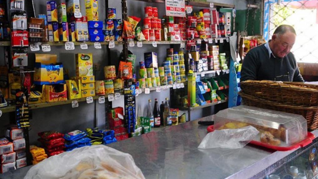 Las compras en el almacén del barrio también se pagan en cuotas.