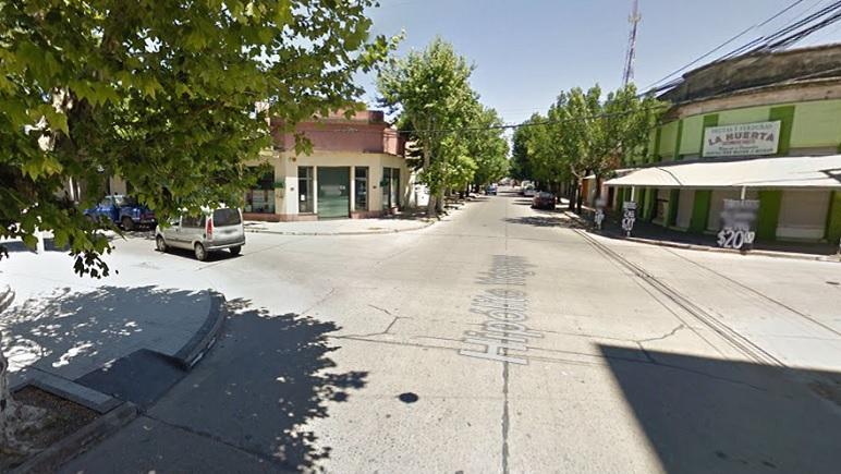 La víctima sintió el golpe cuando deambulaba por calle Irigoyen, cerca de la terminal.