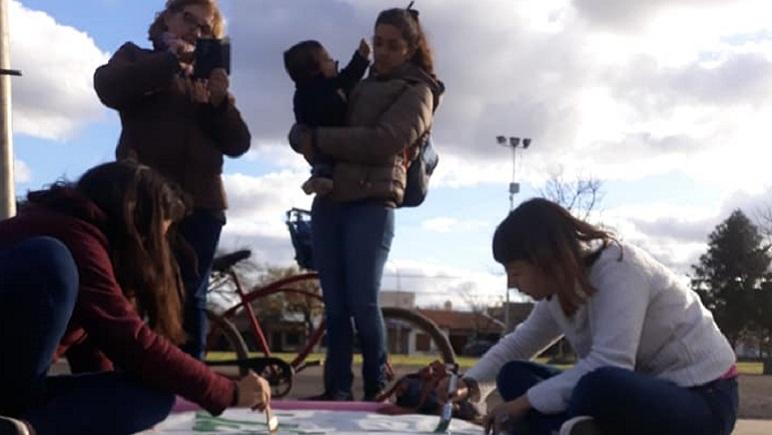 Las integrantes de la Casa de la Mujer Libre estuvieron pintando carteles.