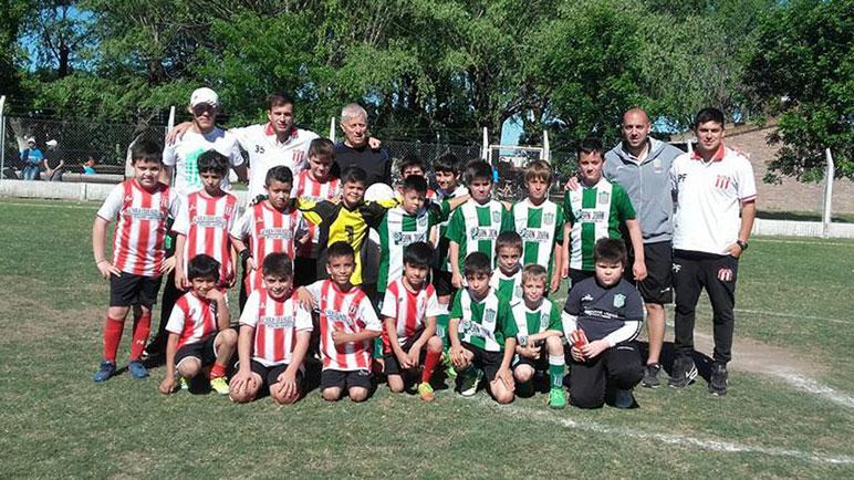 Jorge Torre en un clásico de Pujato junto a los chicos de Atlético y Matienzo.