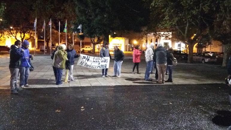 Pocos pero ruidosos. Unas 30 personas se acercaron ayer a la Plaza de los Mástiles.