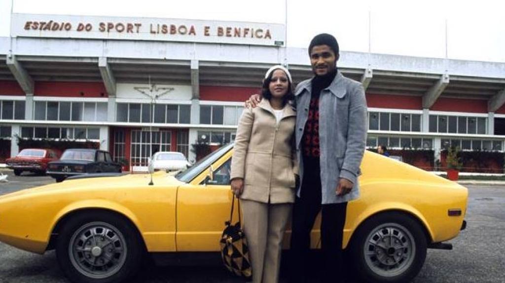 Con su esposa, en Lisboa. Toda una figura.
