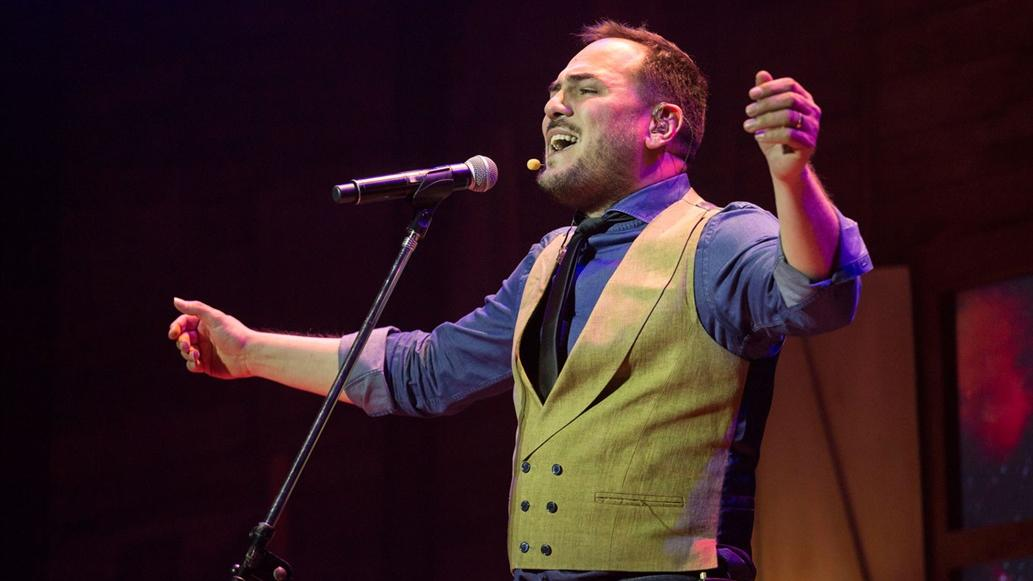 El cantautor regresa al país para festejar dos décadas en la música