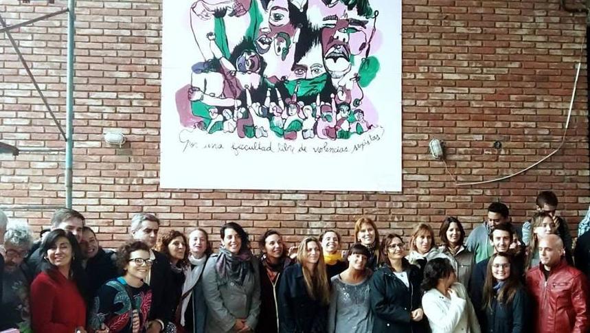 """Docentes en la Plaza """"Vivas nos queremos"""" de la Facultad de Ciencia Política."""