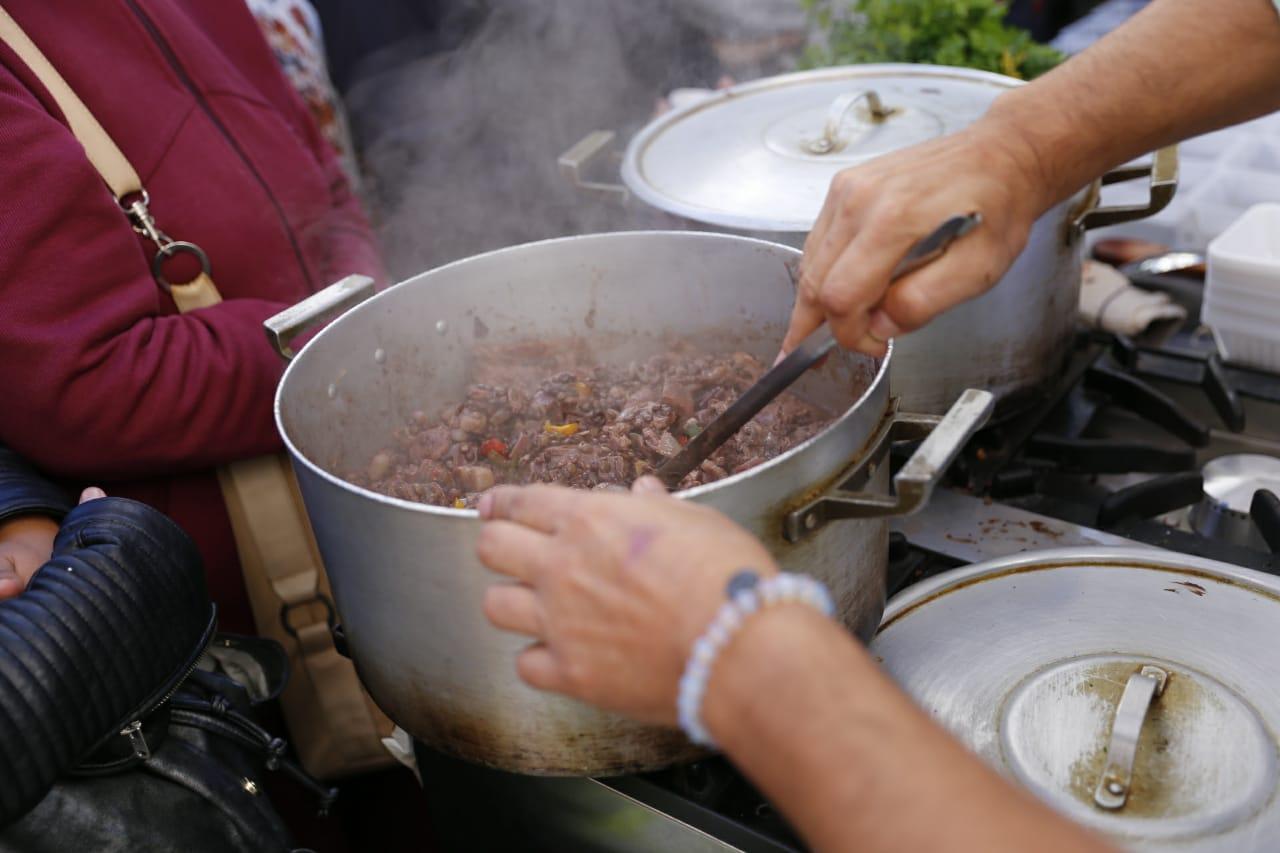 Los chefs cocinaron para los transeúntes, que saborearon el nutritivo manjar.