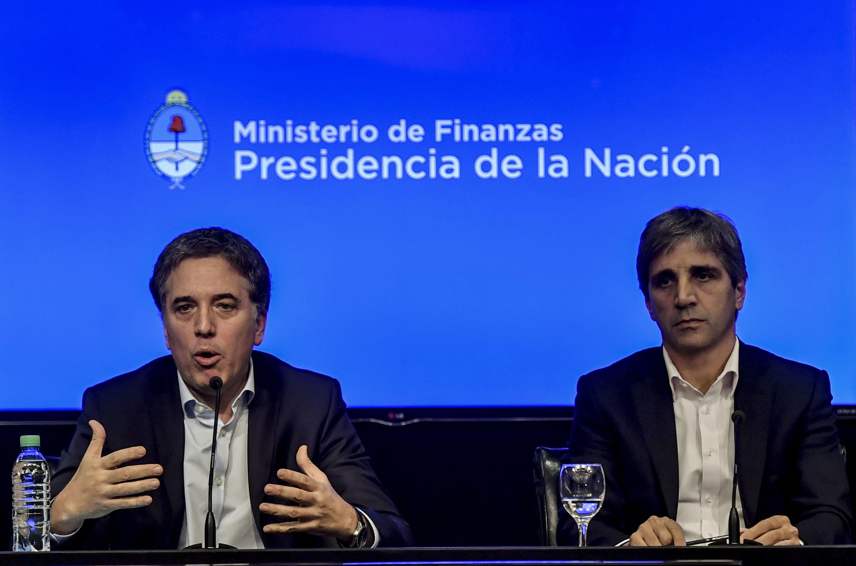 El ministro de Finanzas, Caputo, junto al de Hacienda, Dujovne (Télam)