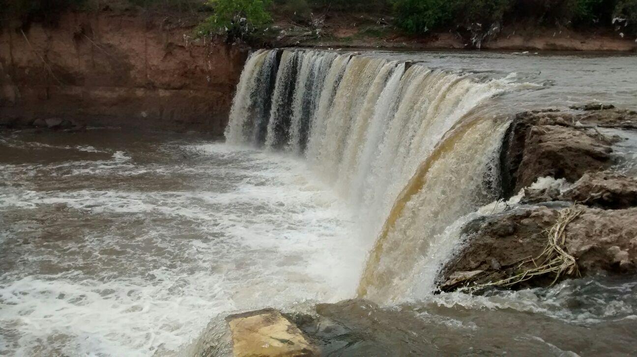 La cascada se encuentra a 185 metros delpuente de la calle Ayacucho.