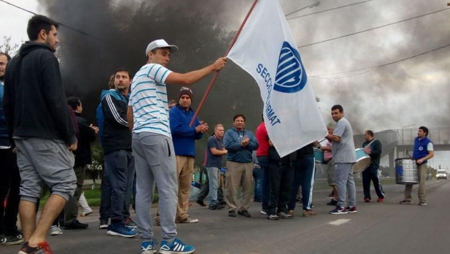Una de las tantas protestas en Firmat, frente a la planta de Vassalli.