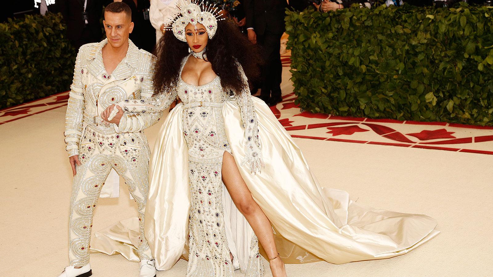 """Famosos desfilaron con un particular """"glamour eclesial"""""""