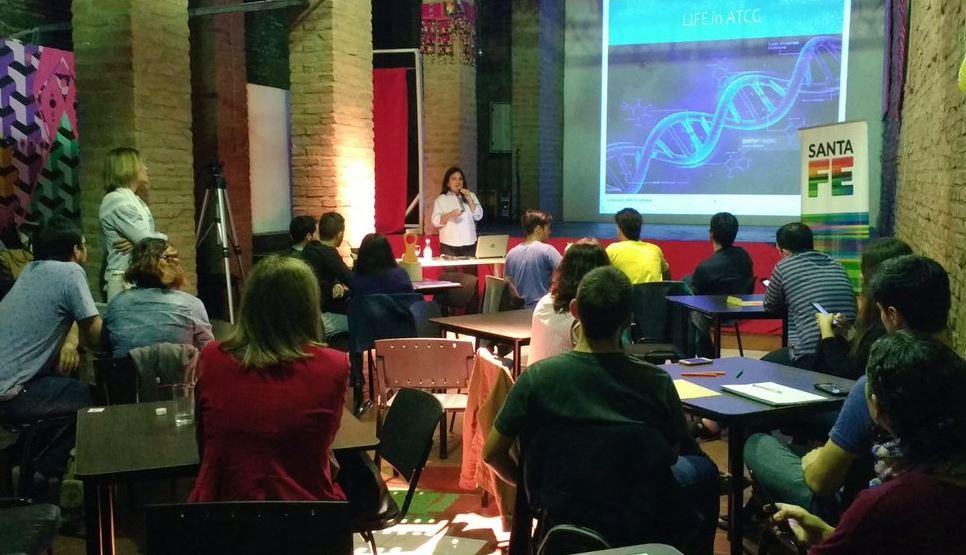 Elizabeth Tapia en su disertación en la charla del Café científico realizada en el Centro Cultural Emergente Demos, de 9 de Julio al 2200. (@DemosCCE)