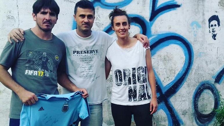 Belén Potassa le dejó al Chubi una camiseta autografiada.