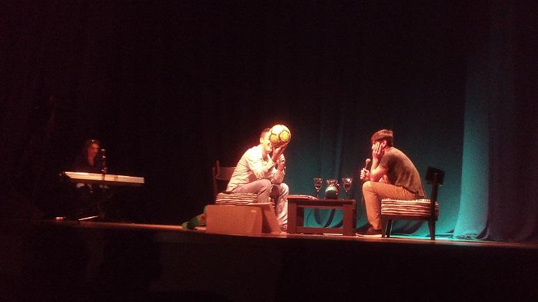Chubi Otarola se sentó frente al público y respondió todo.