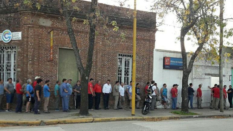 La larga cola de los empleados para cobrar los 5 mil pesos.