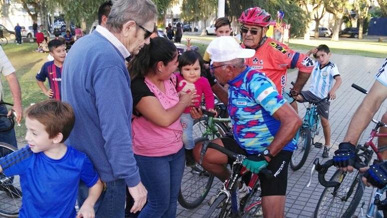 Pedro Nieto saludado por sus afectos luego de otra gran hazaña.