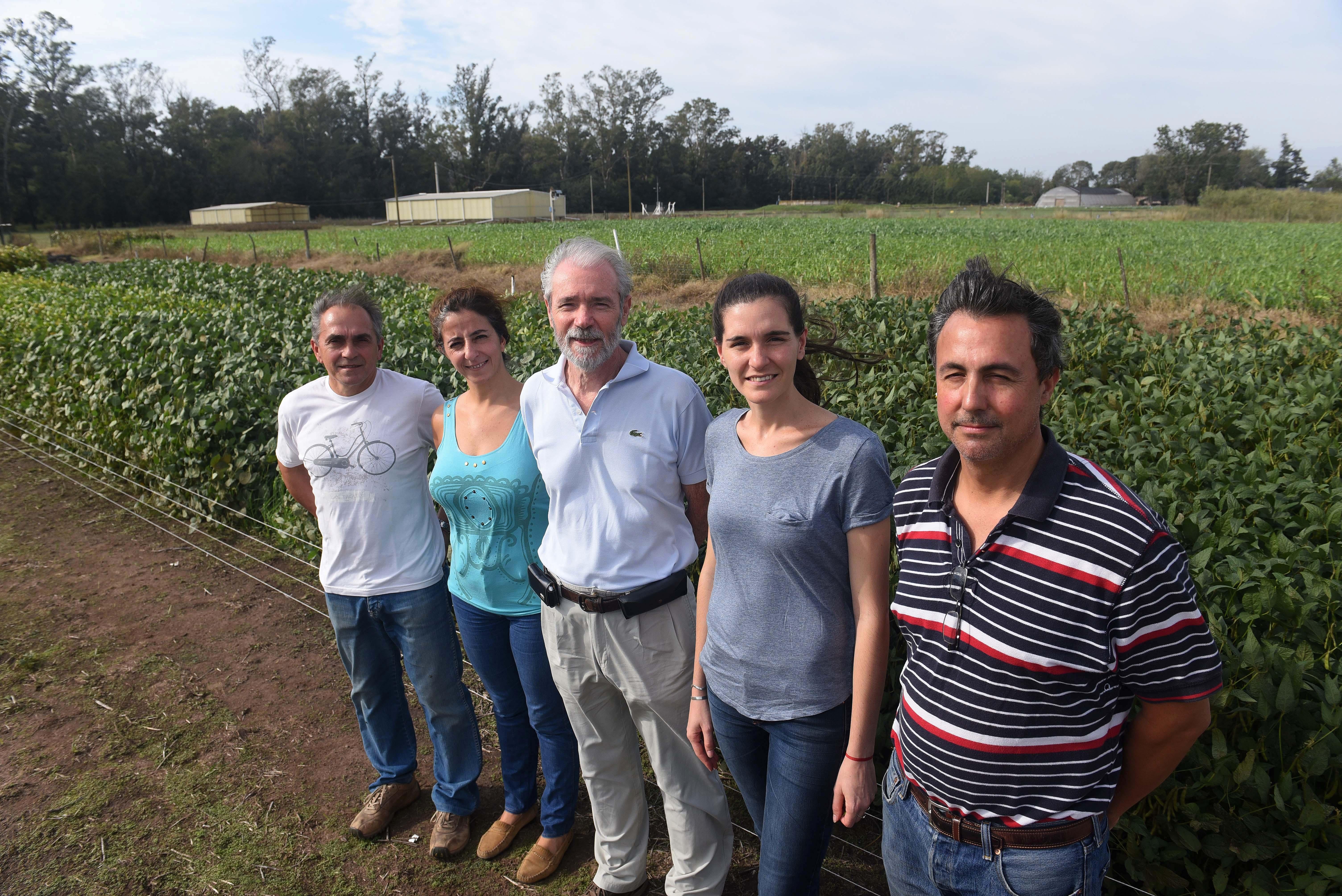 Alvaro Quijano, Julieta Bianchi, Eligio Morandi, Nidia Montechiarini y Carlos Gosparini, los científicos que desarrollaron la soja Tango 4S