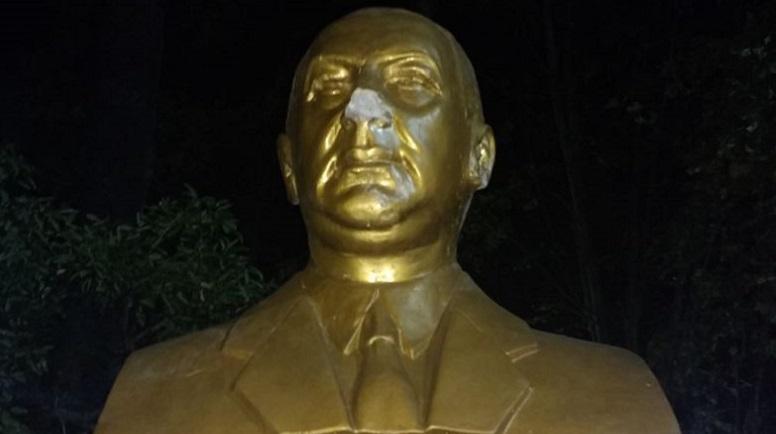 La estatua rota una vez más. Había sido reparada el mes pasado.