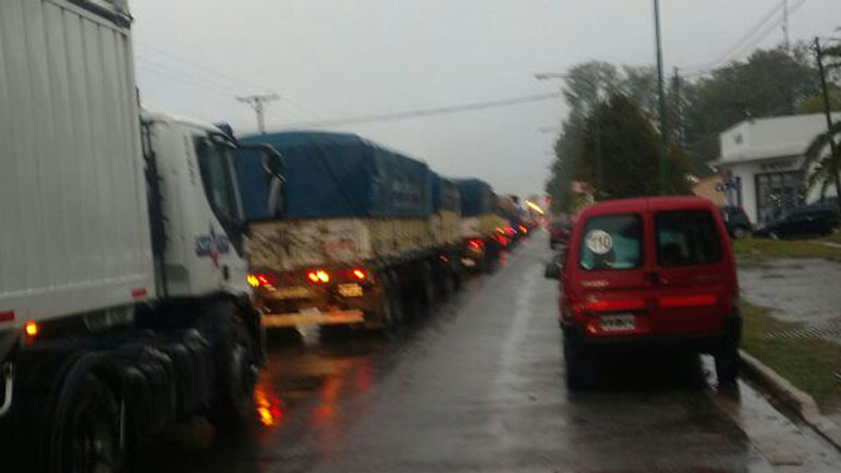 La cola de camiones hacia imposible transitar el viernes por la tarde.