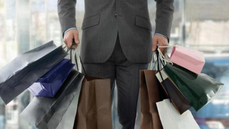 Un novio de alquiler para cargar las bolsas de las compras