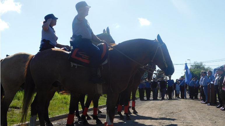 Los caballos de la montada están pasteando cerca del Aeroclub.