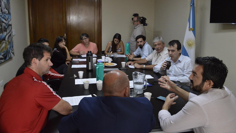 Los representantes de los clubes junto a los funcionarios y legisladores