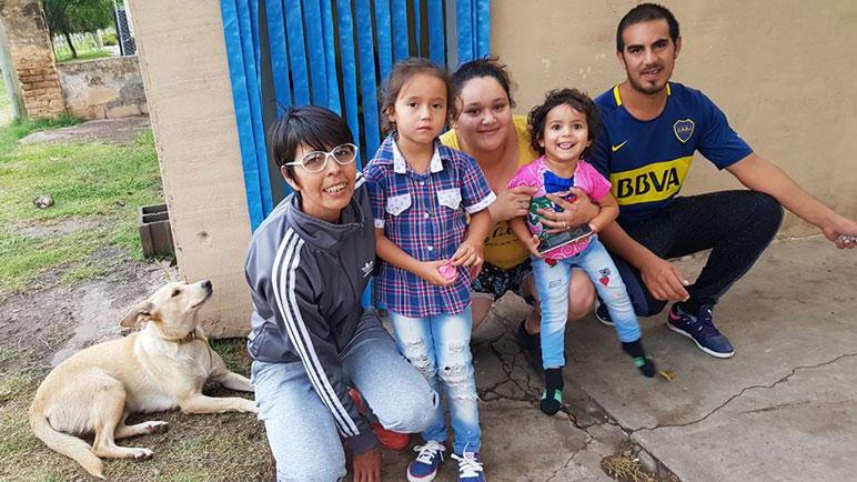 Adara junto a su familia, esperan por el trasplante.