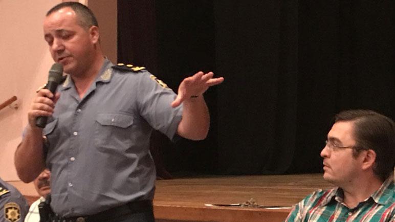 Albornoz junto a Sarasola. El Jefe de Policía es apoyado por el Intendente.