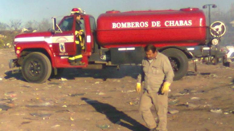 Una imagen que se repite. El camión de Bomberos trabajando en el basural.