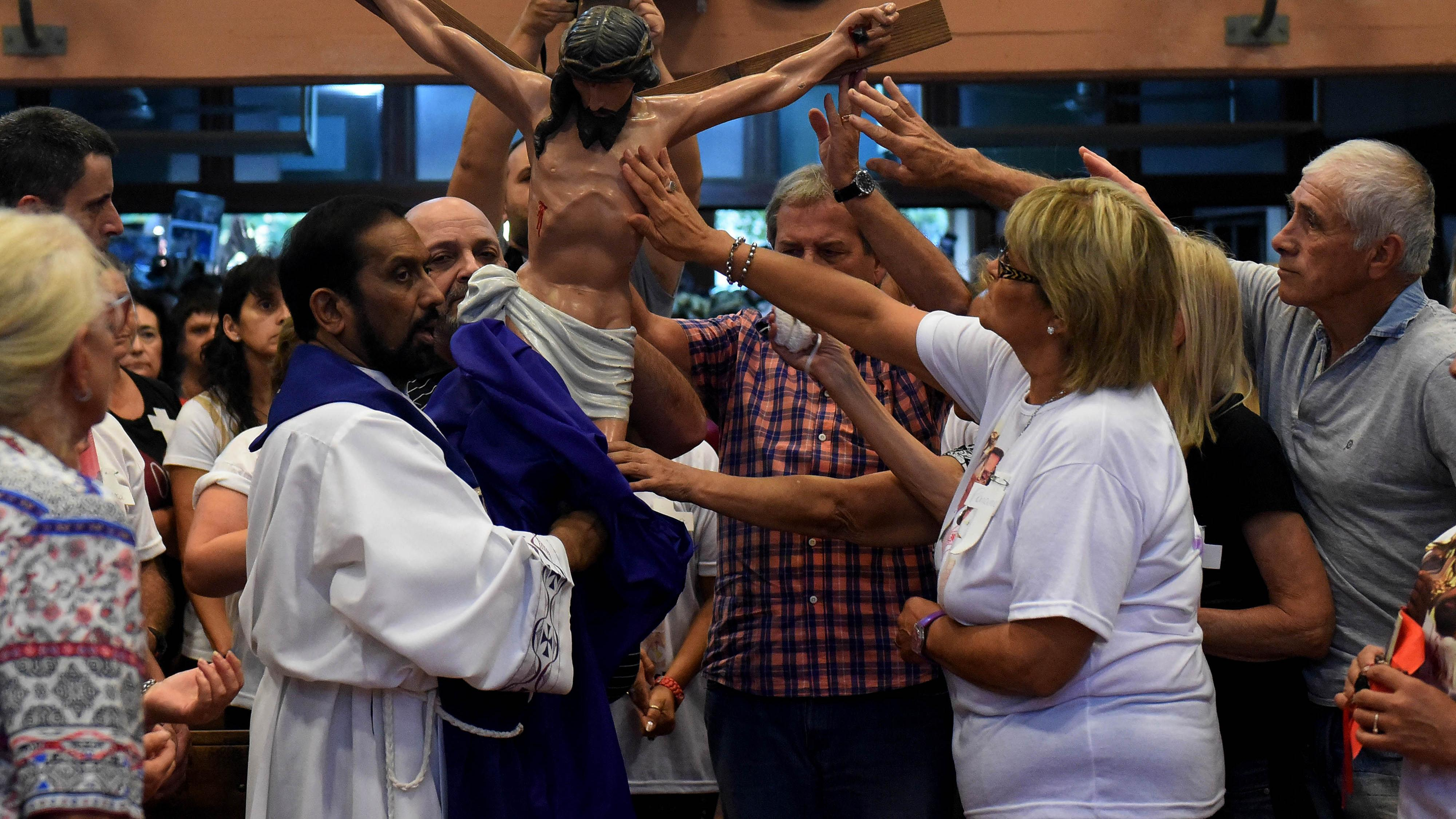 Por la tarde, el padre Ignacio encabezó la misa de adoración a la Santa Cruz. (Foto: Télam)