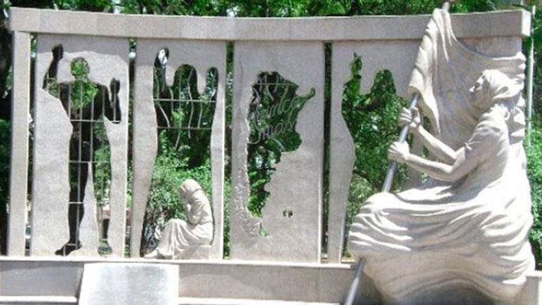 Una imagen actual del Monumento a la Memoria en la ciudad de Paraná,
