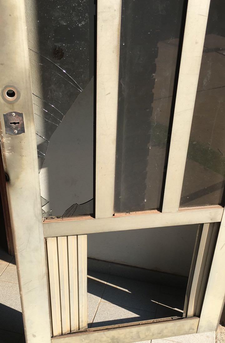 La puerta rota por donde ingresaron los intrusos