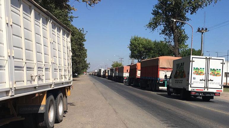 Se multiplicaron los camiones a lo largo de la Ruta 33.