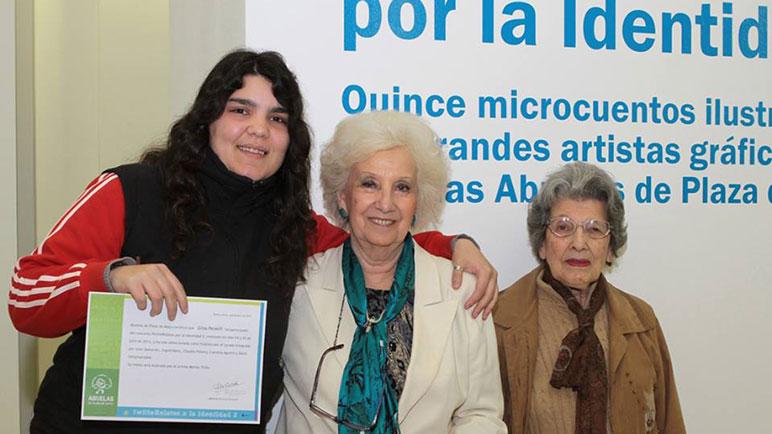 Gina Penelli muestra con orgullo su diploma, abrazada a Estela de Carlotto.