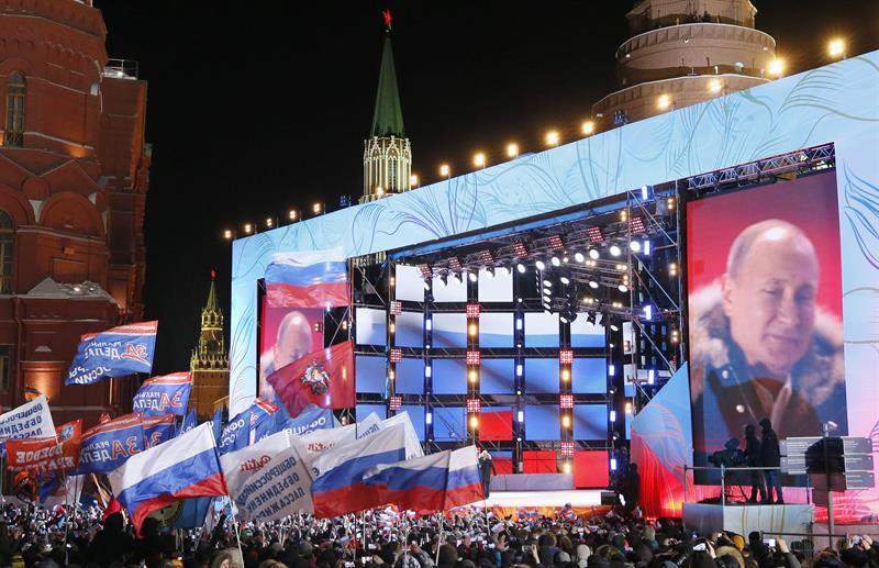Putin en el escenario tras ganar las elecciones