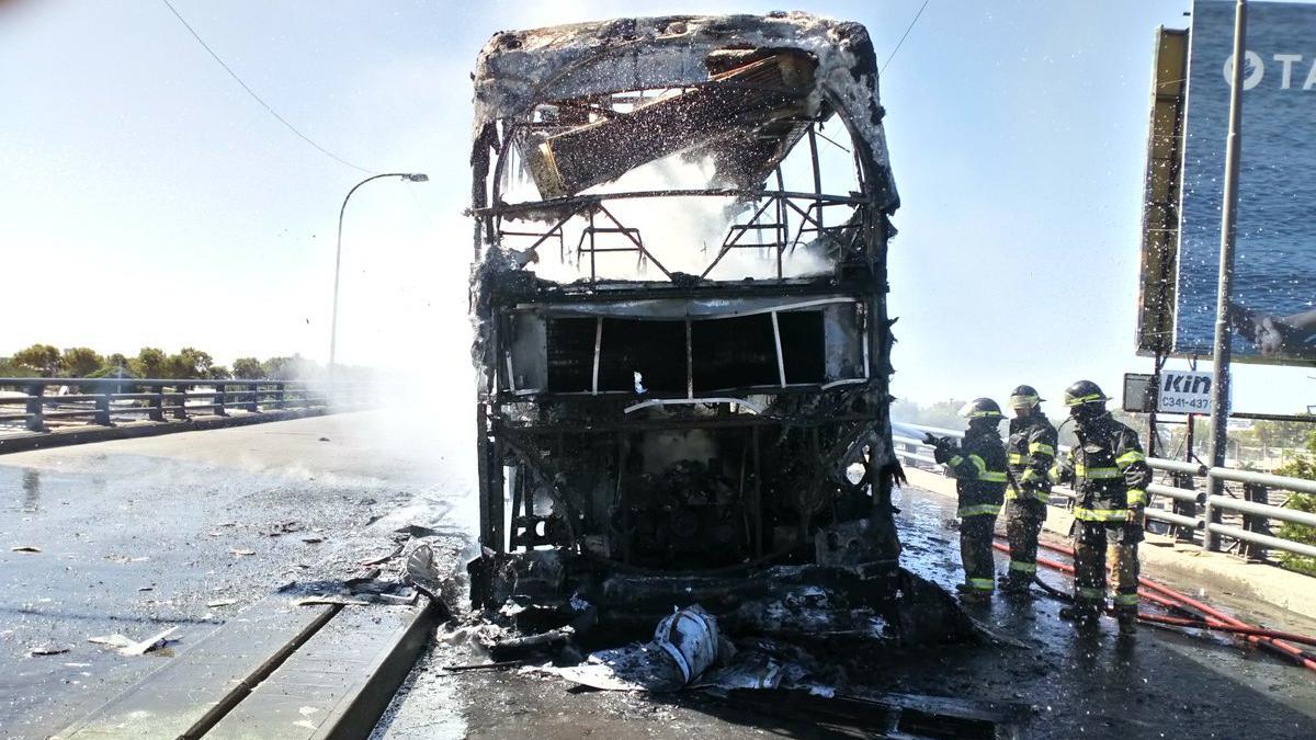 En el colectivo no se encontraban pasajeros (Foto: @Andrespetersen)