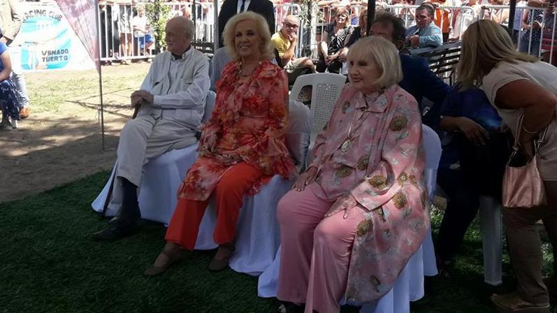 La diva y sus hermanos participaron de un emotivo homenaje. (Foto: FB Municipalidad Villa Cañás)
