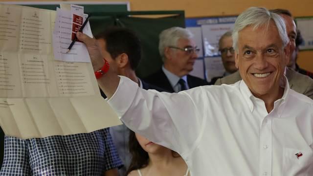 El candidato y ex presidente chileno Sebastián Piñera, antes de votar hoy en Santiago.