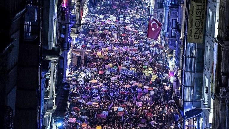 La multitudinaria marcha de mujeres en Estambulsorprendió a propios y ajenos.