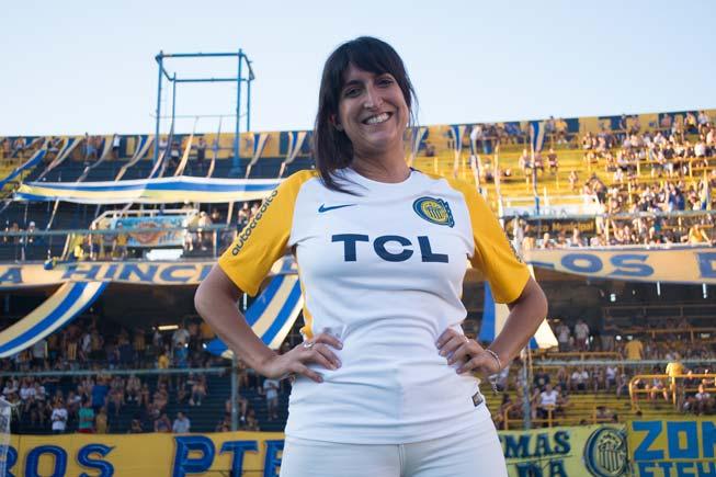 Geraldinaposa en el Gigante con la camiseta canaya(Gentileza Prensa RC).
