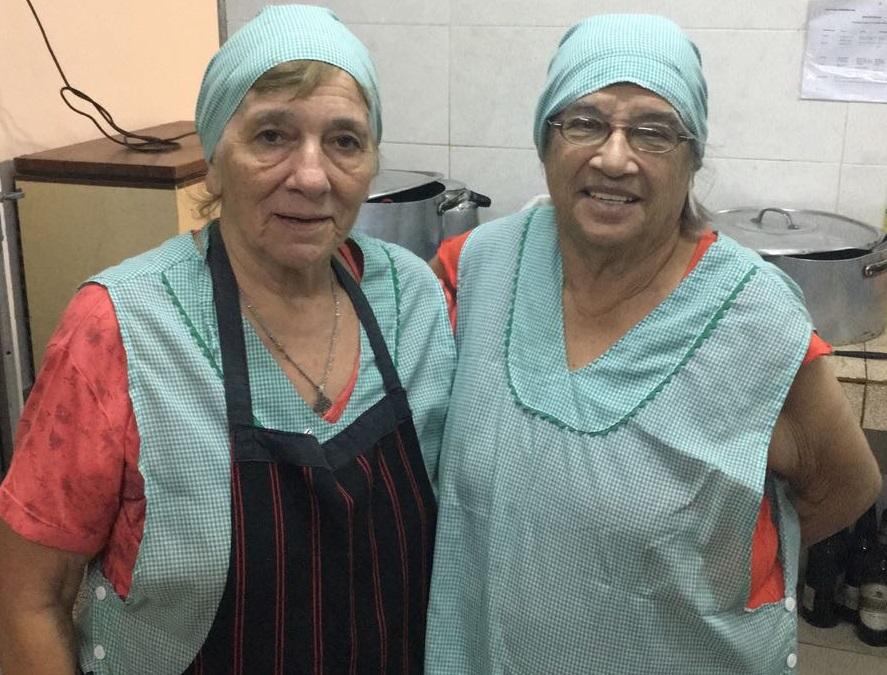 Haydeé y María son las cocineras en la vecinal Alberdi.