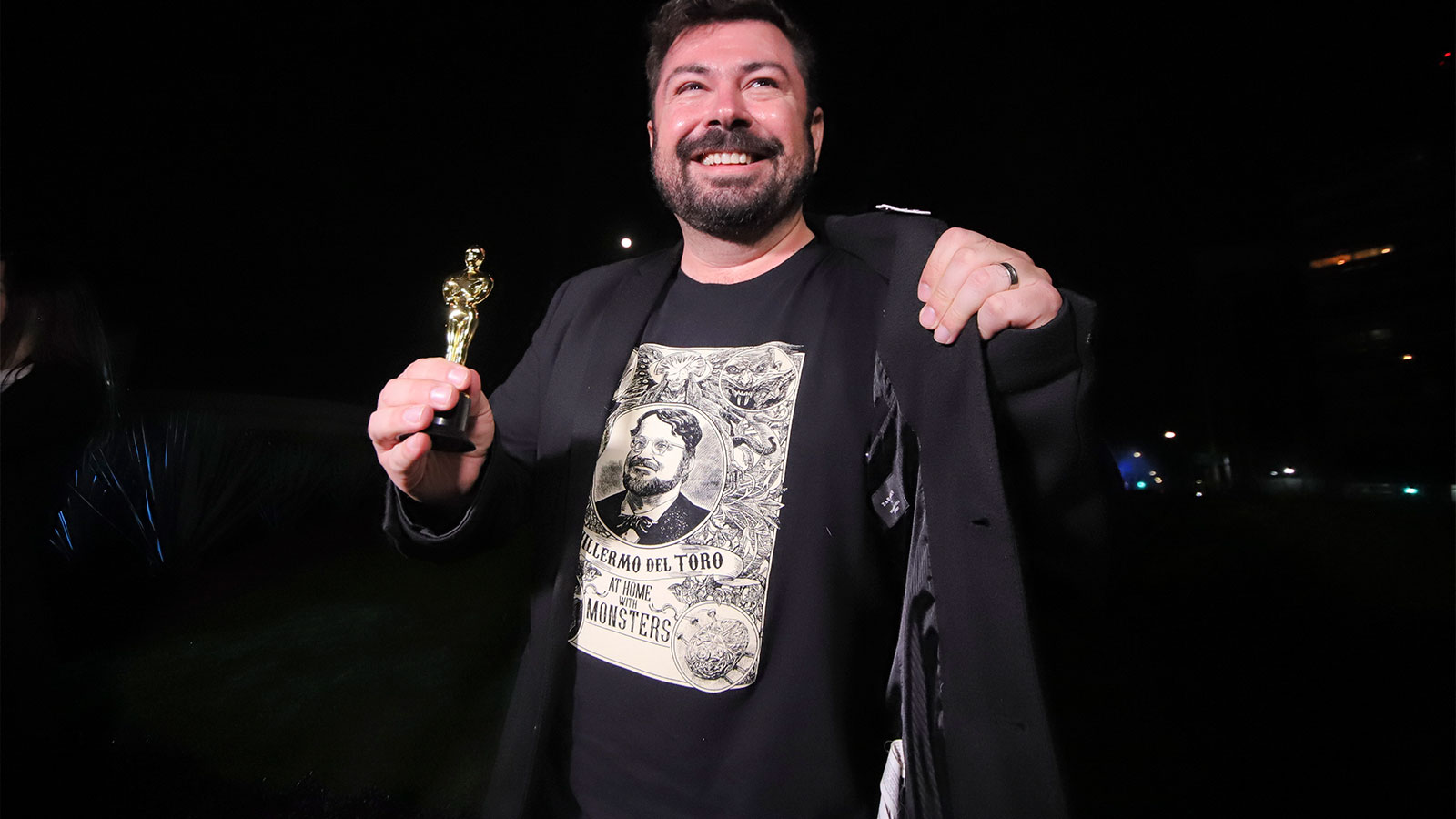 Mexicanos festejan triunfo de Guillermo del Toro en ciudad natal del director