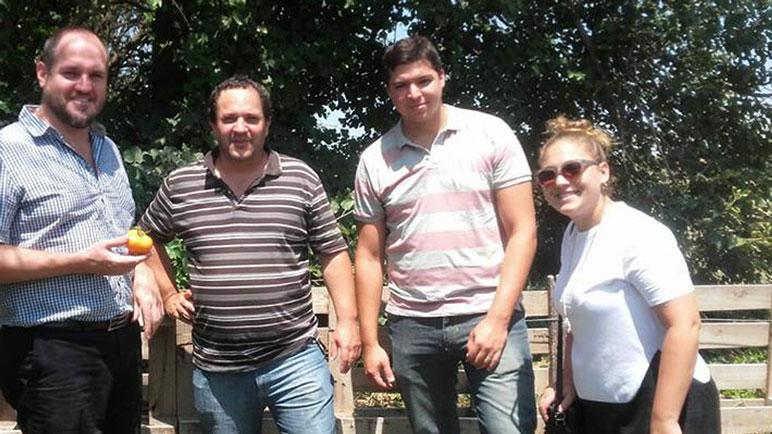 Lesgart, presidente comunal, junto a Marcos Cinalli, y productores locales.