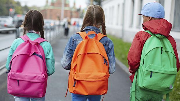 Entre el 10 y el 15 por ciento del peso corporal del niño es lo que debe pesar la mochila.
