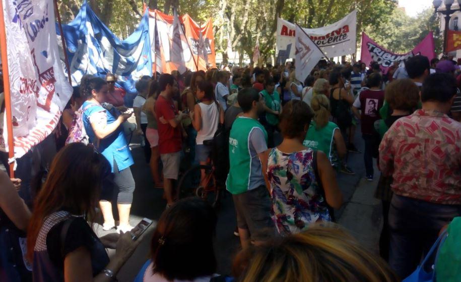 La concentración de este miércoles frente a la delegación Rosario de Gobernación. (@PatriaGrandeRos)