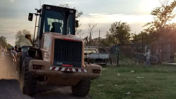 Máquinas de la Municipalidad derribaron la precaria vivienda en Nueva Roma D.