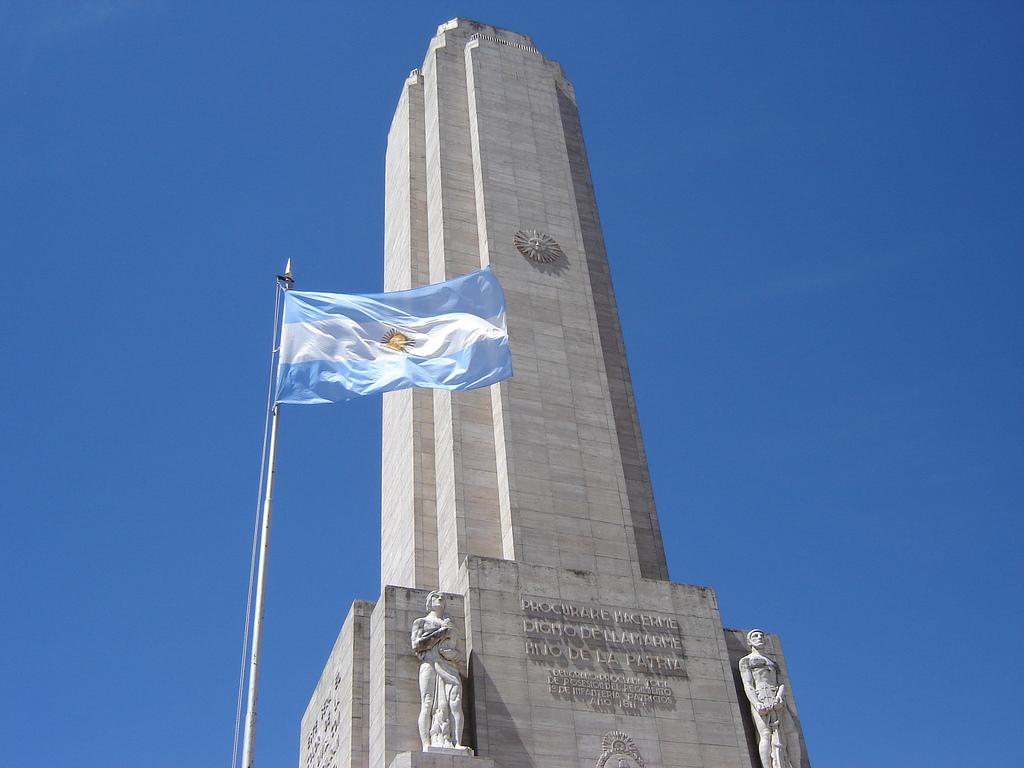 Bandera y el Monumento en su honor