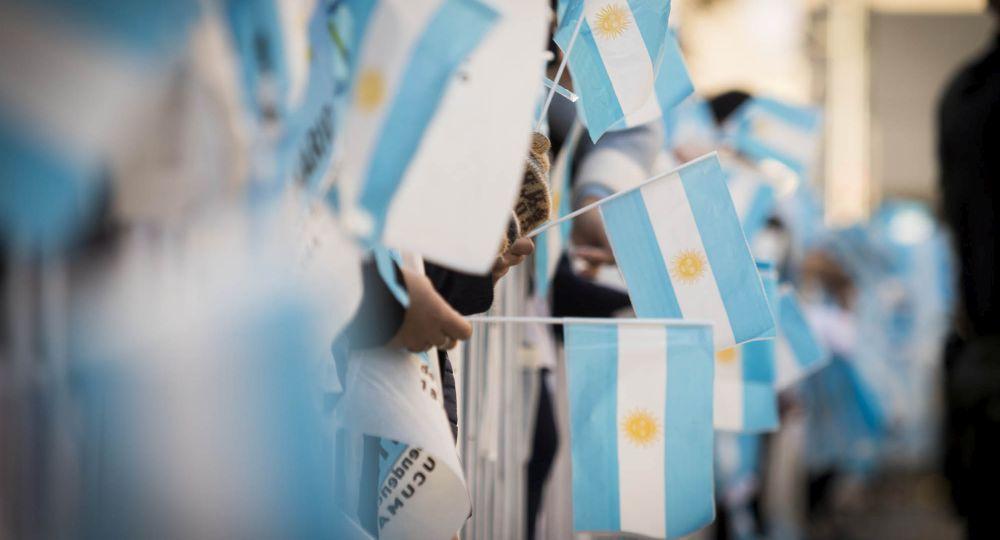 Se festejan 206 años del enarbolamiento de la bandera nacional