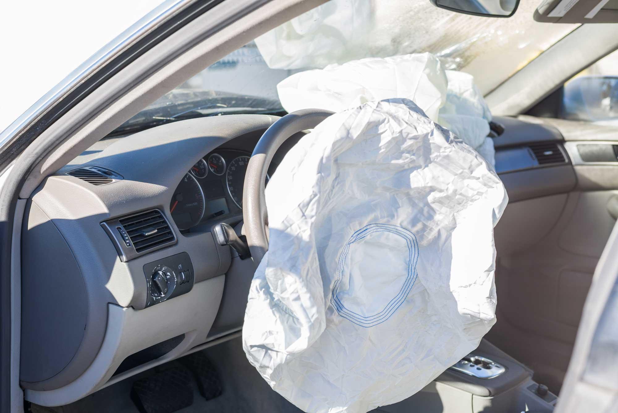 El inflado del airbag ante una colisión es defectuoso, por eso debe cambiarse.