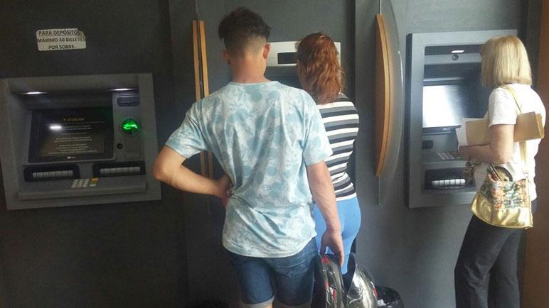 Se multiplican las demoras en los cajeros de los bancos de la ciudad.